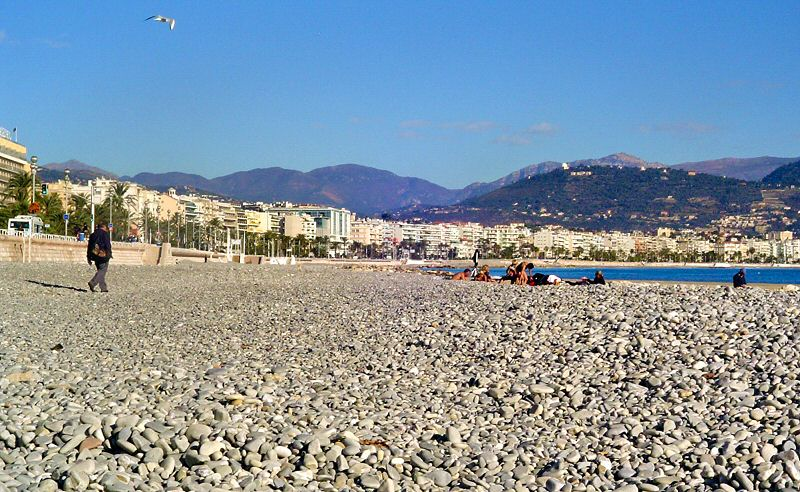 Nice, c est les galets sur la plage - Nice with its stoned beach