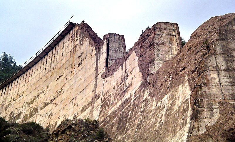 Au pied de l ouvrage, le surplomb est plus impressionnant - At the feet of the dam, the overhang is more impressive