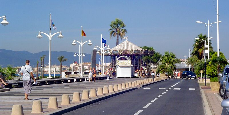 La Promenande côté mer et le carrousel au fond - The Promenade on teh sea side and the carrousel in the background