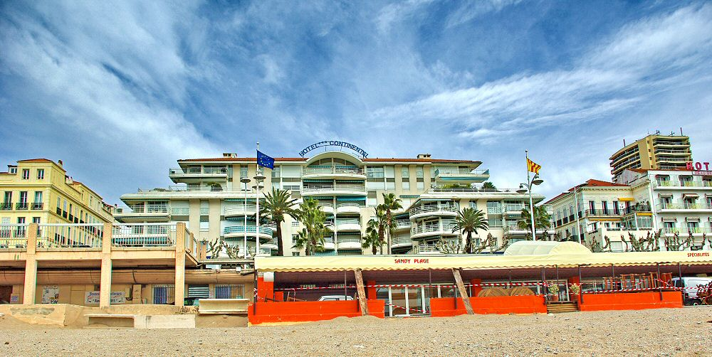 L hotel vu de la plage - The hotel seen from the beach