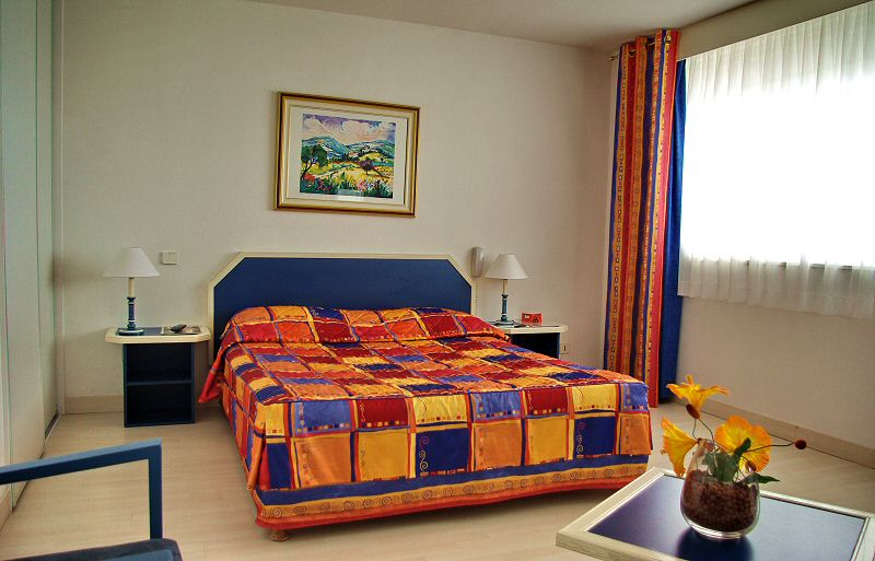 Cette chambre de style 1 dispose d un grand lit 2 personnes - This style 1 bedroom has a big bed for two people
