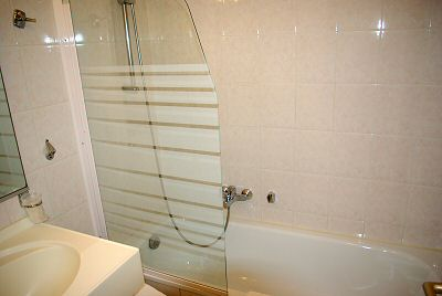 Confortable baignoire avec douche - Comfortable bath with shower